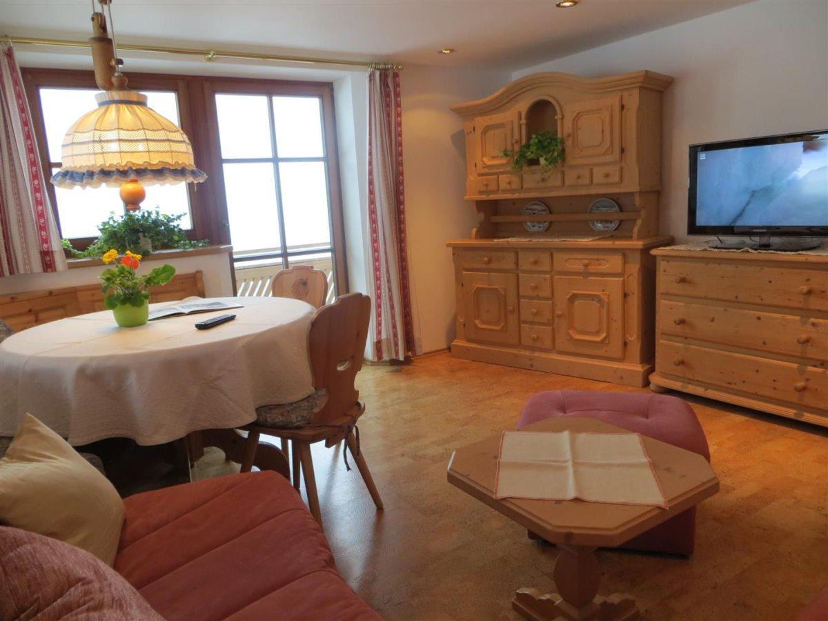 Ferienwohnung Panorama - Wohnzimmer mit großem Flat-TV