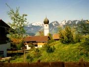 Schöllanger Kirche mit Blick auf die Hörnergruppe