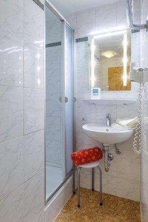 Dusche und Waschbecken Edelweiß