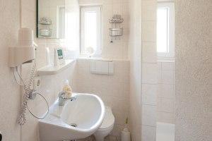 Familienzimmerbeispiel Alpenrose, Badezimmer