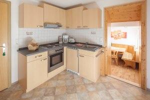 Ferienwohnungsbeispiel Grünten, Einbauküche mit Blick zum Wohn- Esszimmer