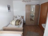 Schlazimmer mit Einzelbetten im I. OG mit Waschtisch