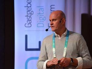Florian Dukic beantwortet Fragen zum Reiserecht (c) Gastgeber Digitalforum