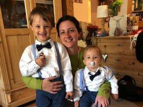 Alexandra Szennyai mit Söhnen