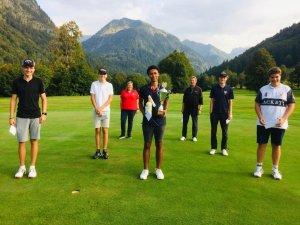 Die Teilnehmer des 18-Loch-Turniers mit Jugendwartin Susanne Zinner und Sportwart Jürgen Schwartges (hinten)