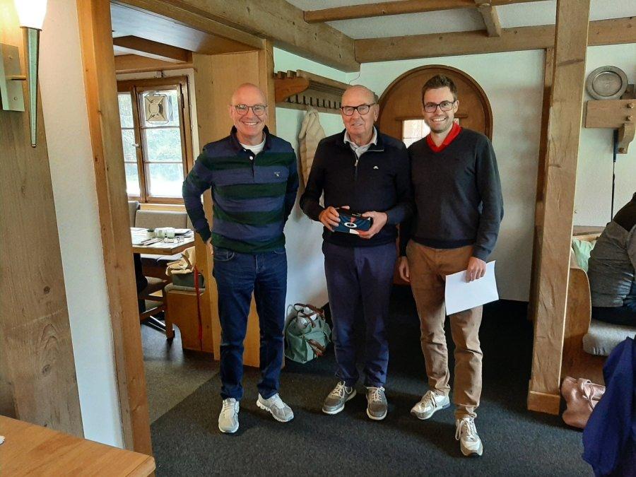 V.l.: Bernd Lindner (Optik Kössel), Bruttosieger Wolfgang Deters und GCO-Vizepräsident Michael Fischer
