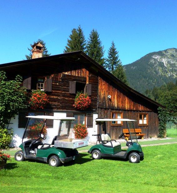 Sekretariat mit Golfkarts (c) Golfclub Oberstdorf e.V.