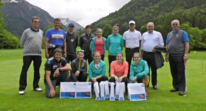 Die Deutsche Skisprung-Nationalmannschaft der Damen mit Trainer Andreas Bauer