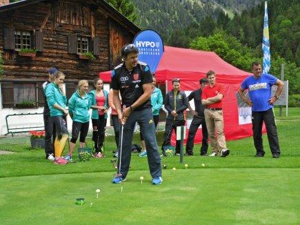 Andreas Bauer schaut gespannt nach dem Ball