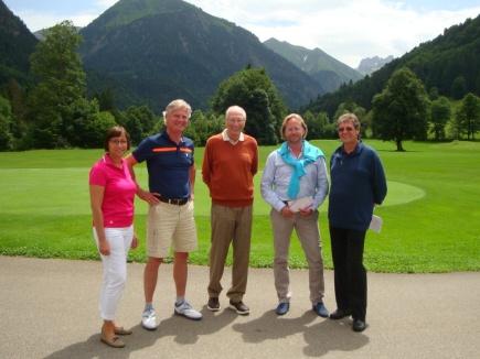 Die Gewinner Alexander Schwendinger und John Patrick Kohl mit Ralf Schneider (Mitte) vom Hotel Exquisit