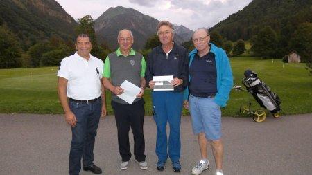 Bruttosieger Karlheinz Brückner mit Sponsor Mehmet Sentürk (li.), Präsident Hans Baldauf und Sponsor Reinhard Scheuerl (re.)