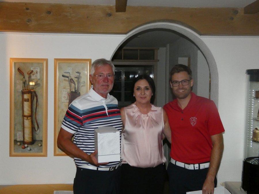 Die Bruttosieger (v.l.) Richard Domagalla (1.), Sponsorin Petra Reiber vom Salon Nadine in Fischen und Sportwart Michael Fischer