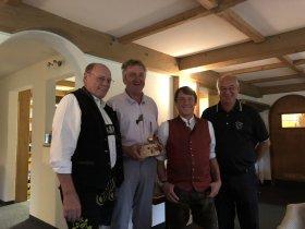 Bruttosieger Karlheinz Brückner mit Reinhard Scheuerl und Seppi Kleber vom Hotel Traube und Präsident Hans Baldauf