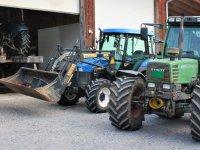Hof mit Traktoren - Gebhart