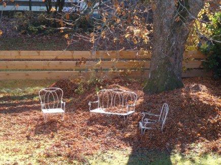 Renovierung drinnen - draussen sammelt sich  das Herbstlaub