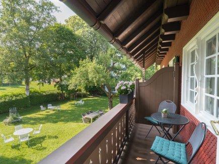 Herrlicher Balkon mit Ausblick in den Garten