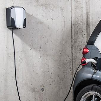 Laden des Elektroautos mit der Heimladebox von AllgäuStrom