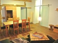 Ferienwohnung 8 Esstisch im Wohnzimmer