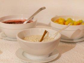 Joghurts und Obstsalat