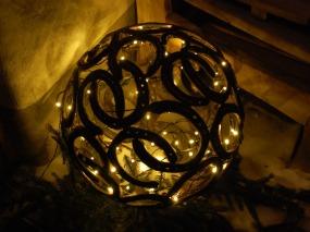 Hufeisenkugel mit Lichterkette