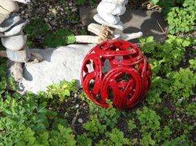 kleine Hufeisenkugel in rot