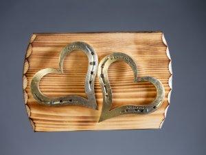 Herzen auf Holzbrett
