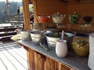 Salatbuffet auf der Terrasse