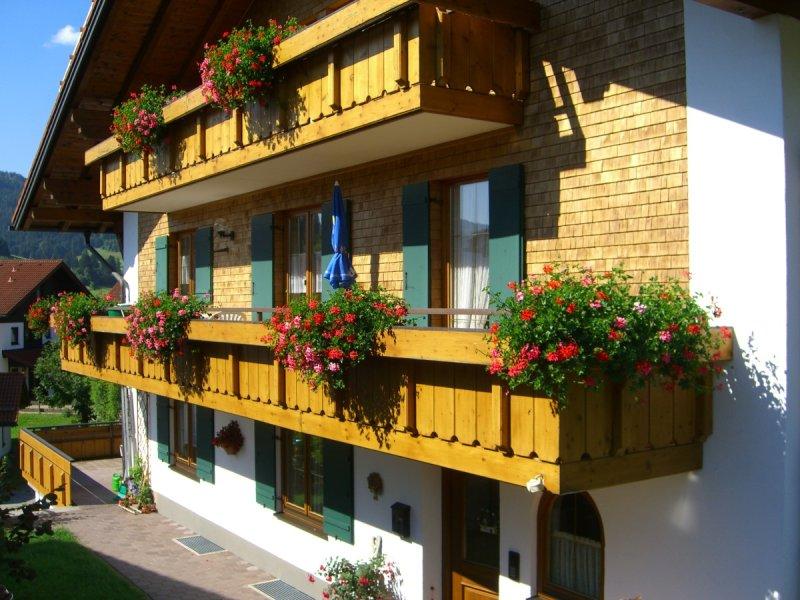 Vorderansicht mit Balkon