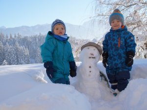 Kinder mit Schneemann