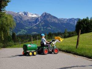 Kind mit Spieltraktor