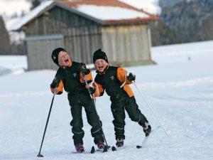 Kinder beim Langlaufen g