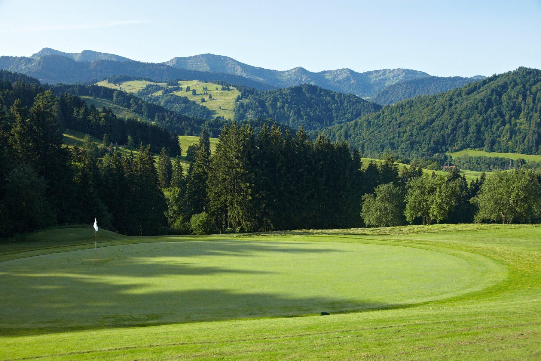 Golfplatz Oberstaufen im Allgäu mit Blick in die Berglandschaft