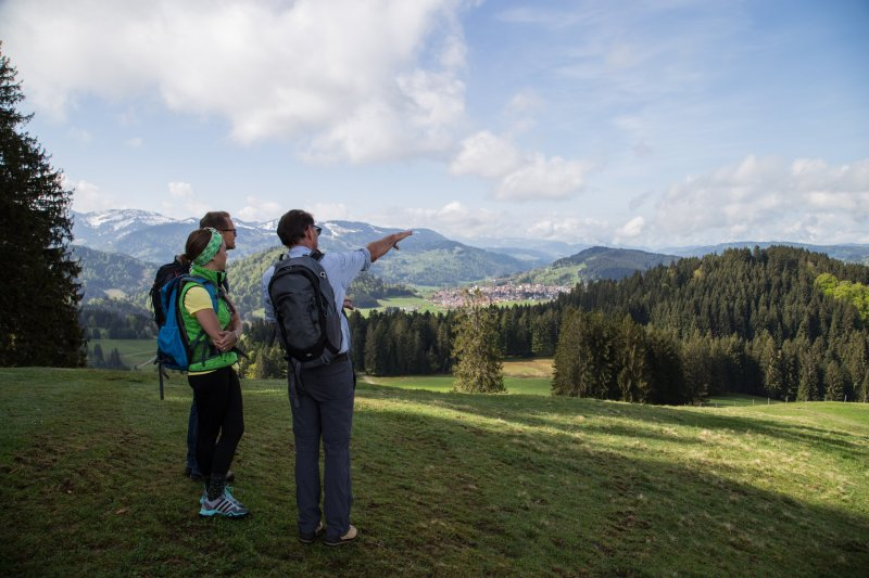 Wandergruppe im Gelände in Oberstaufen