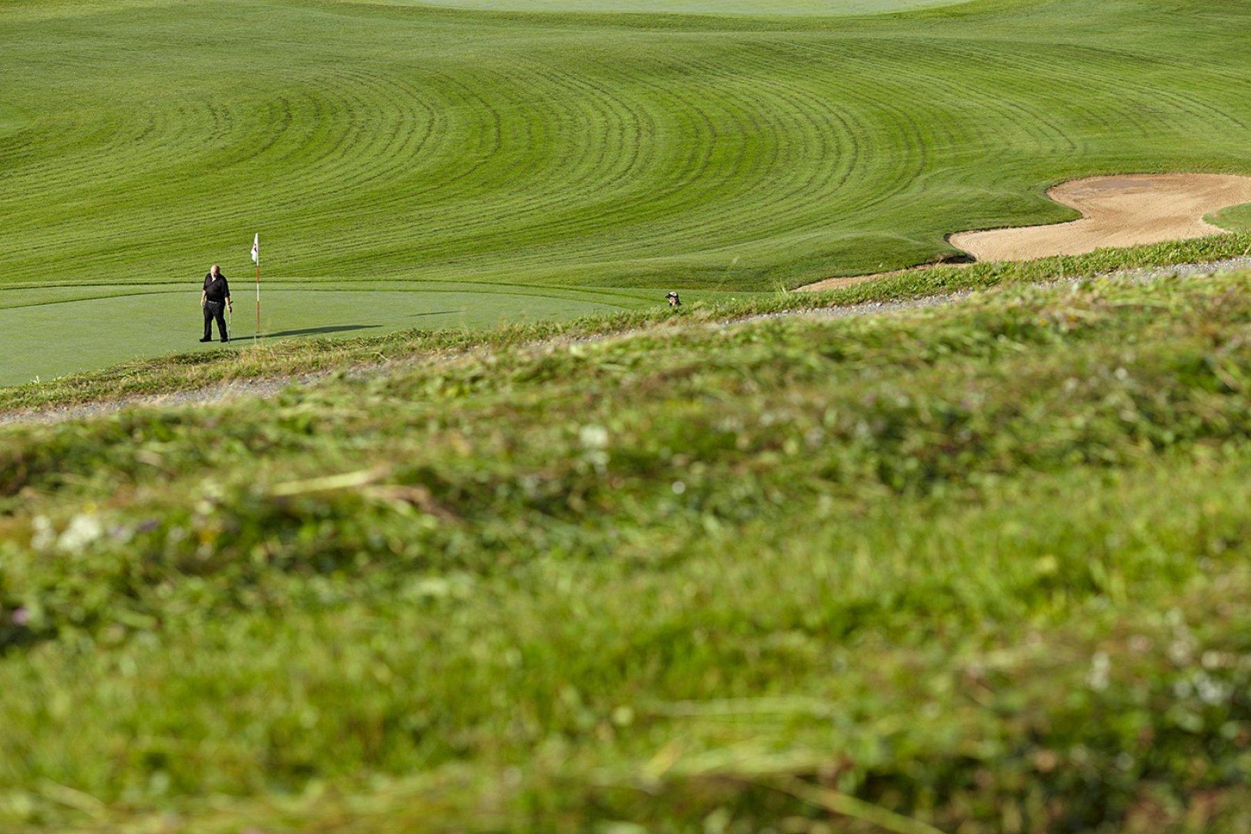 Der 18-Loch Golfplatz des Golfhotel Haubers' erstrahlt in vollem grün.