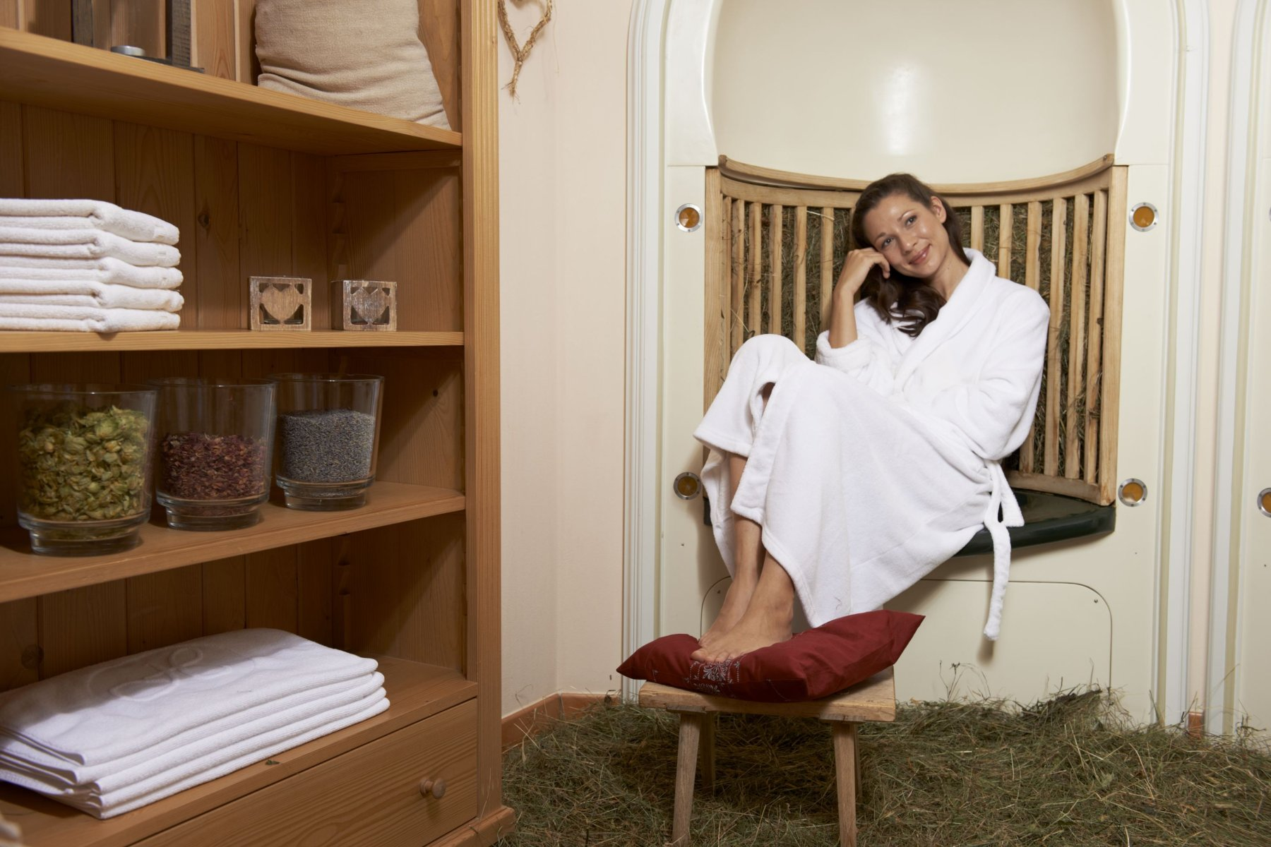 Der Heu-Kraxenofen: Er  ist eine Wärmebehandlung für den Schulter-Nacken- und Lendenbereich. Nebenbei atmen Sie noch den angenehmen Duft unserer Kräuter und Gräser ein- einfach wohltuend