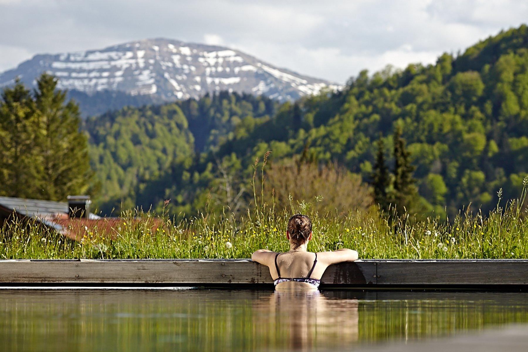 Entspannen im Pool mit beeindruckender Aussicht und das schon morgen mit den Last-Minute Angeboten des Wellnesshotel Haubers' in Oberstaufen im Allgäu