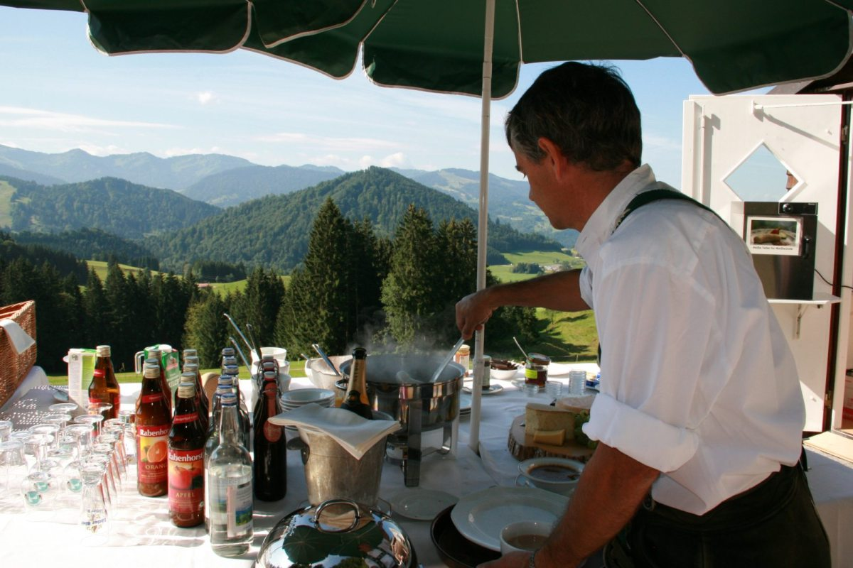 zu Haubers Bergfrühstück gehören dazu:  * Weißwürste von der Metzgerei Rehle * Waffeln gebacken - nach dem besonderen Rezept von Steffen * Rühreier mit Kräuter und Speck