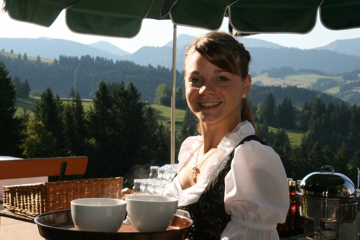 Eva serviert Ihnen am Schwalbennest Omas Bergkaffe und die frisch gebackenen Waffeln