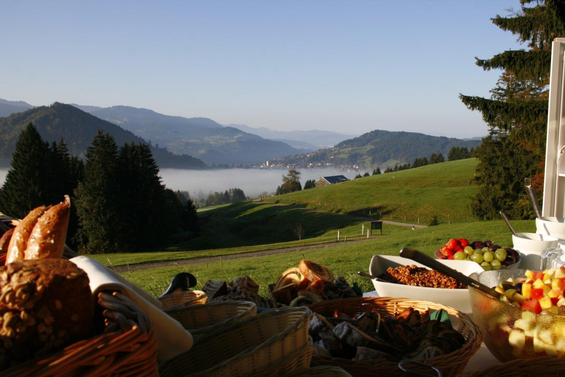 Über dem Nebel, auf 950 Höhenmetern, serviert Ihnen das Wellnesshotel Haubers ein Bergfrühstück der besonderen Art. Last-Minute in Oberstaufen im Allgäu
