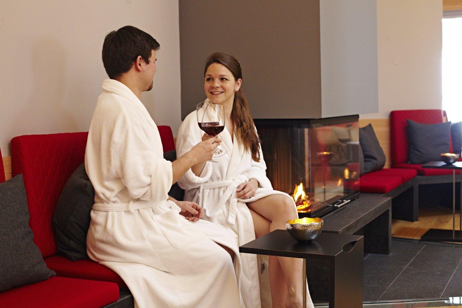 Wellness, Entspannung und Genuss wird vereinigt im Kurhotel Haubers in Oberstaufen. Genießen Sie ein Glas Wein in schönem Kaminambiente im Allgäu.