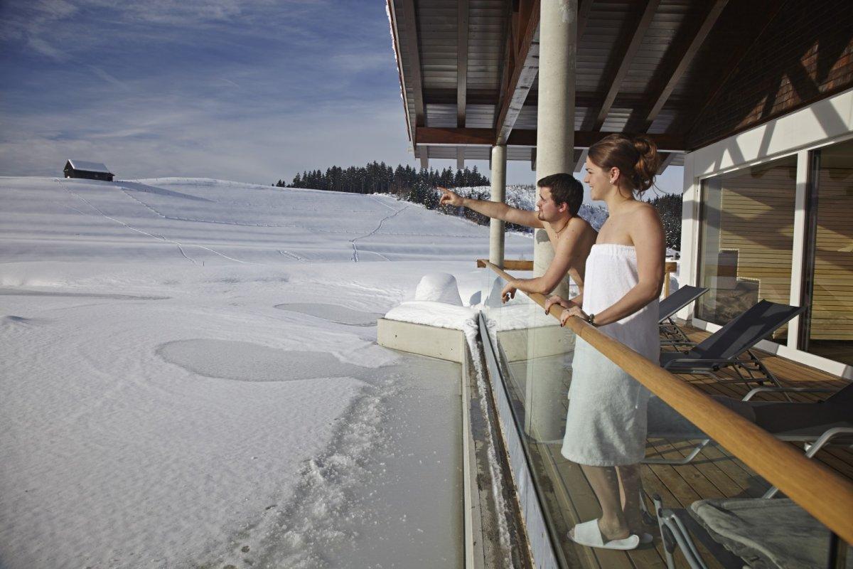 Direkt von der neuen Saunaterrasse aus haben Sie den perfekten Ausblick über den großen Natursee des Kurhotel Haubers' in Oberstaufen.