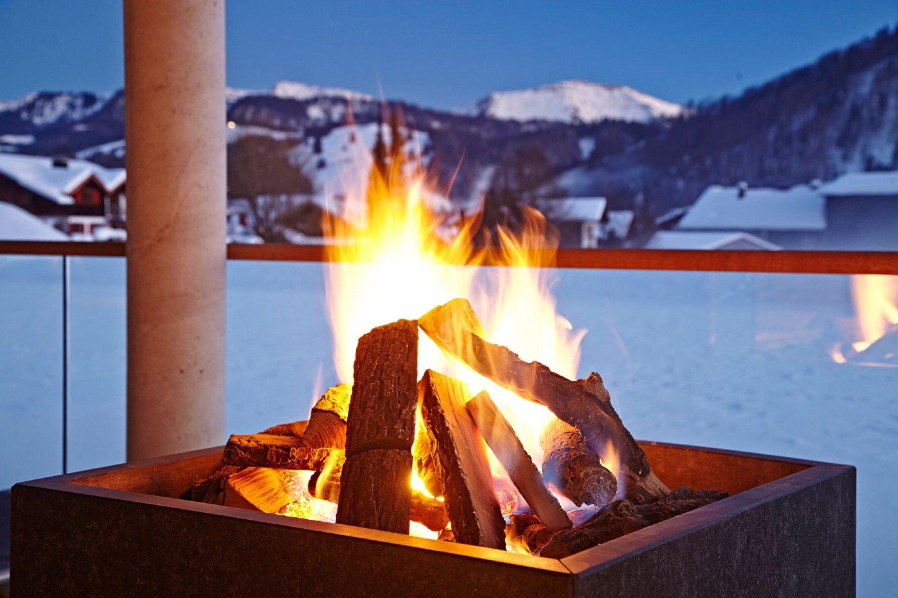 Gemütliches Lagerfeuer mit wunderschöner Allgäuer Bergkulisse im Kurhotel Haubers in Oberstaufen.