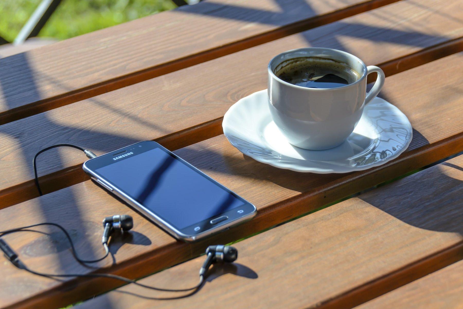 Kopfhörer und Kaffee