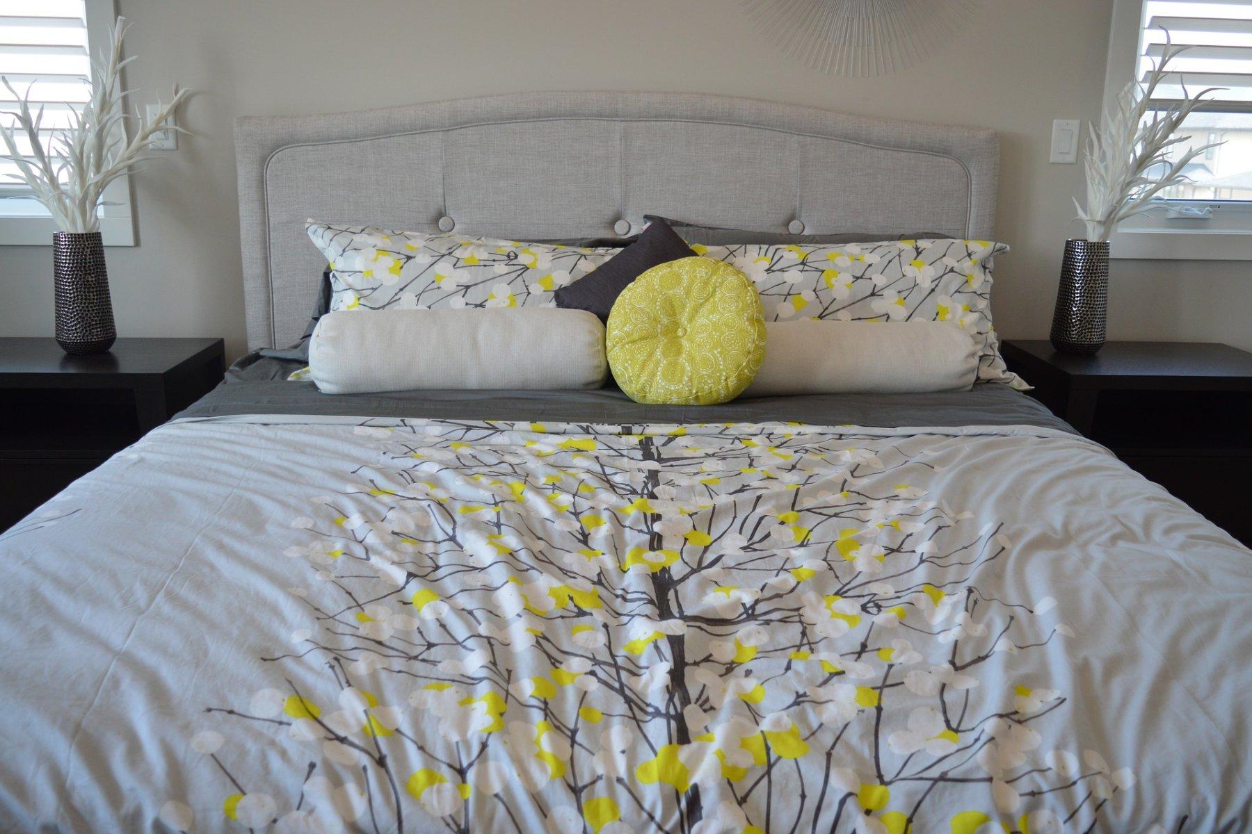 Bett mit frisch bezogener Bettwäsche