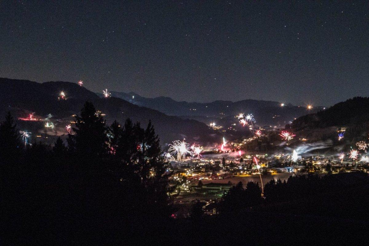 Silvesterfeuerwerk über Oberstaufen. Blick vom Klimapfad am Schwalbennest