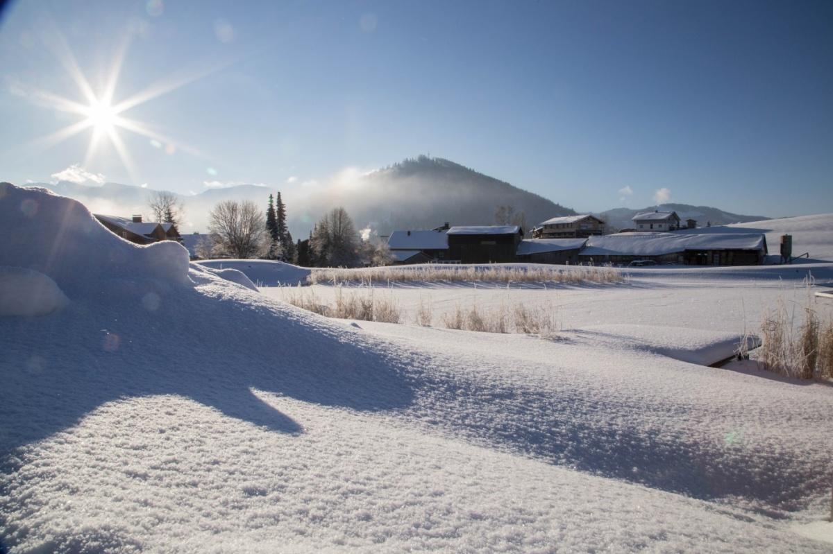 klirrende Nächte, stahlblauer Himmel, Schneekristalle auf dem See. Ein wunderschöner Wintertag