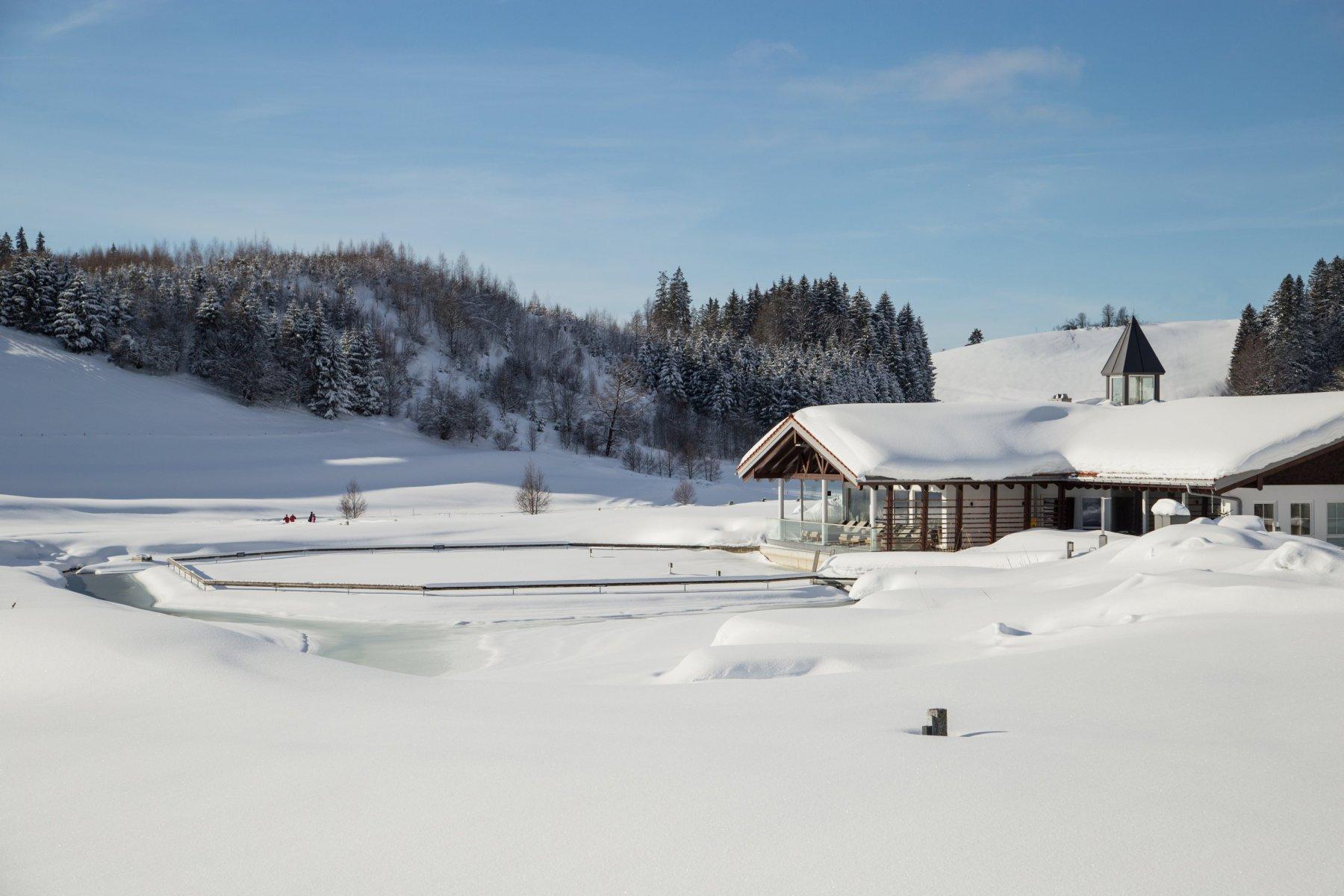 Verschneites Haus am See