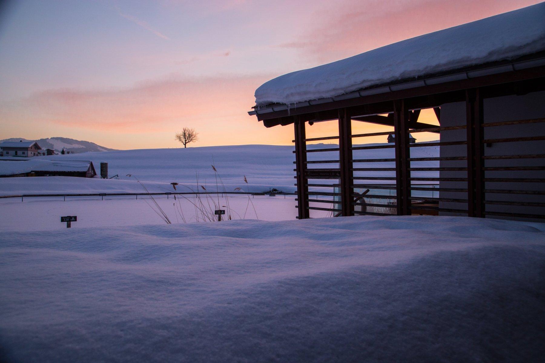 Haus am See im winterlichen Abendrot