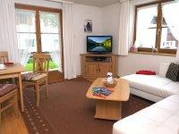 Wohnzimmer mit Ledercouch und Eßplatz