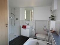 Bad mit Dusche und Badewanne im DG